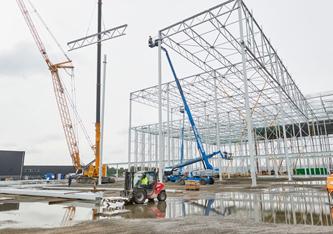 De bouw van distributiecentrum Plus in Oss bereikt hoogste punt