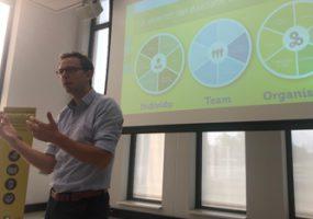 Maarten Schellekens geeft de workshop Duurzame Inzetbaarheid tijdens de ontbijtsessie van de Kennistafel Arbeidsmarkt & HR van Vijfsterren Logistiek